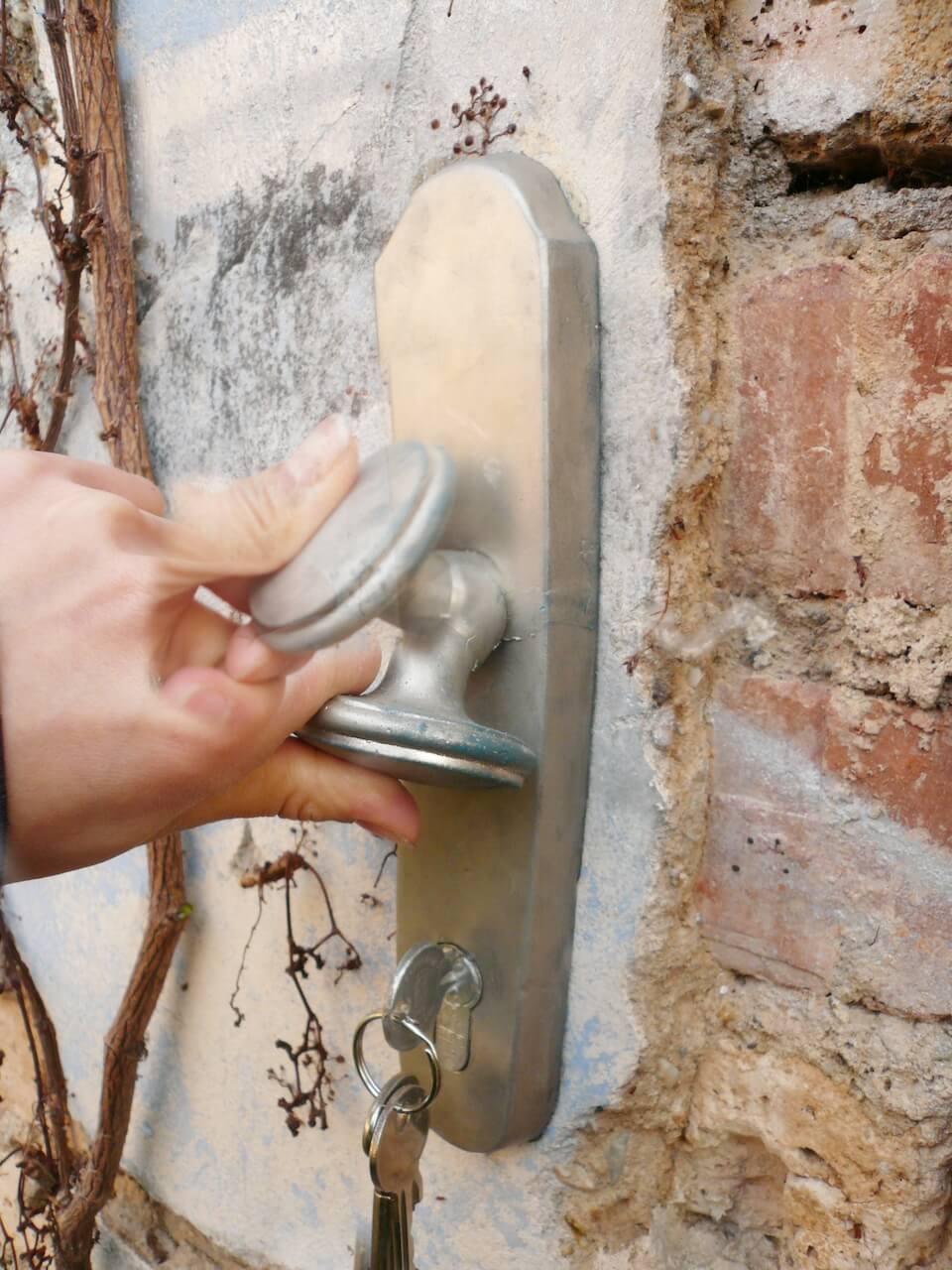leipzig_art_contemporary_meenan_doorknob_lockeddoor_P1020872.jpg